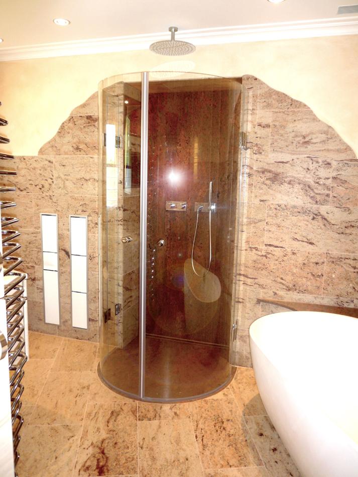 geschwungene duschabtrennung raum und m beldesign inspiration. Black Bedroom Furniture Sets. Home Design Ideas
