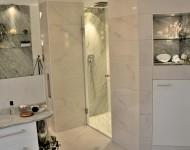 Duschrückwand aus Marmor