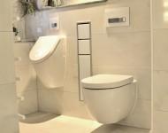 WC und Urinal mit Naturstein