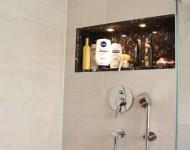 Duschanlage mit offenem Natursteinfach
