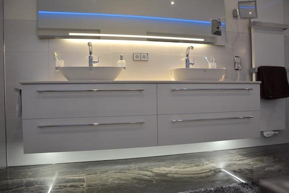 Doppel-Waschtischanlage mit indirekter Beleuchtung - Walters Traumbäder