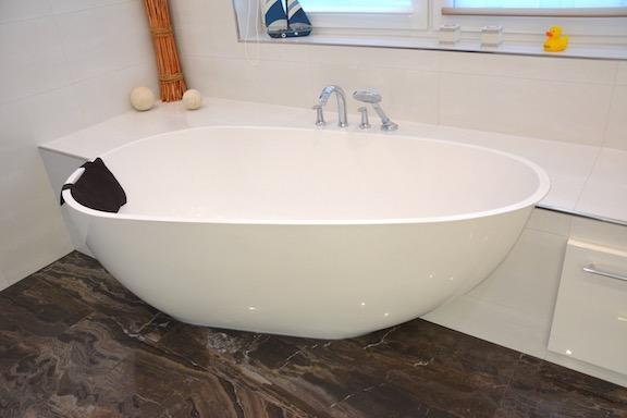 freistehende Badewanne mit Sitzbank - Walters Traumbäder